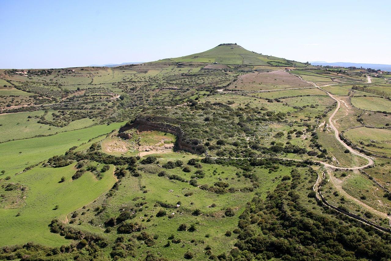 Panoramica con il geosito ed il colle di Santu Antine